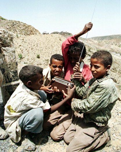Anak-Anak Belajar Menggunakan Radio Tenaga Surya di Mali